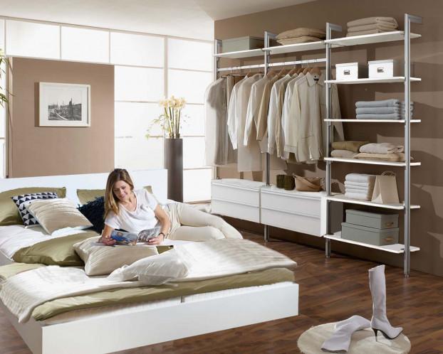 Das offene Kleiderschranksystem PALM schafft viel Platz für Ihre Kleidung und Accessoires